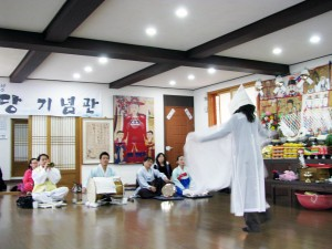 Cheryl Pallant during her second visit to Kim Keum Hwain. Image courtesy the author.